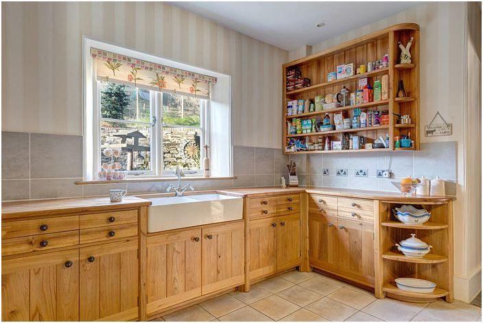 Кухня на селска къща с раирани стени