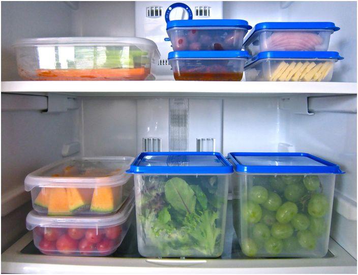 По-добре е да съхранявате храната в специални пластмасови контейнери и прилепващ филм