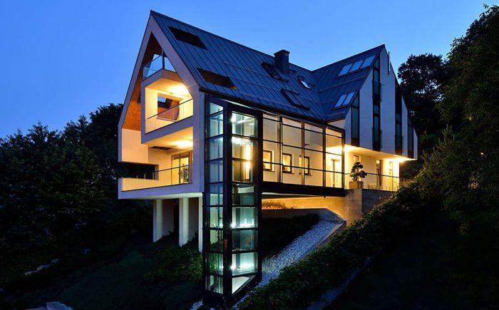 Superbe maison avec un ascenseur en verre d'architectes polonais