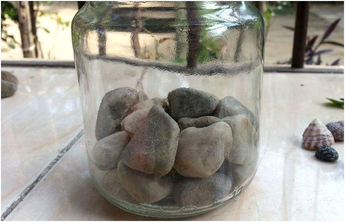 Камъчетата се подреждат в чист буркан