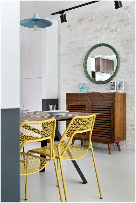 Żółte krzesła w jadalni