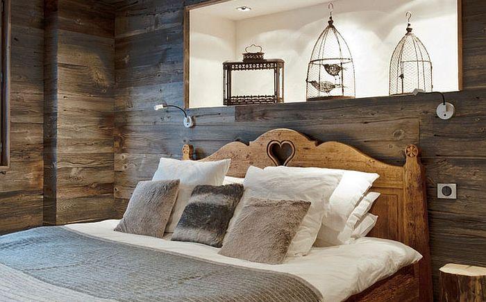 Madárketrecek egy rusztikus hálószobában