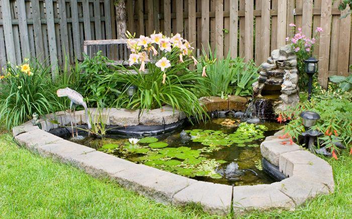 Прост езерце с малък фонтан