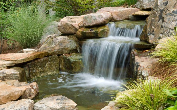 Езерце с голям водопад