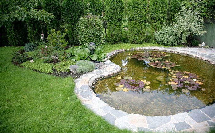 Голямото езерно езерце е павирано с плочи, които образуват вътрешен двор.