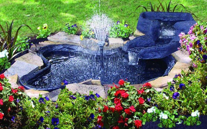 Обикновено синьо езерце с висок фонтан