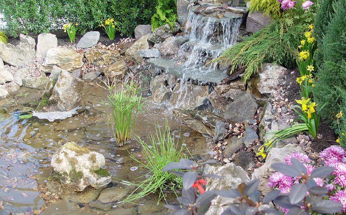 Голямо езерце с водопад