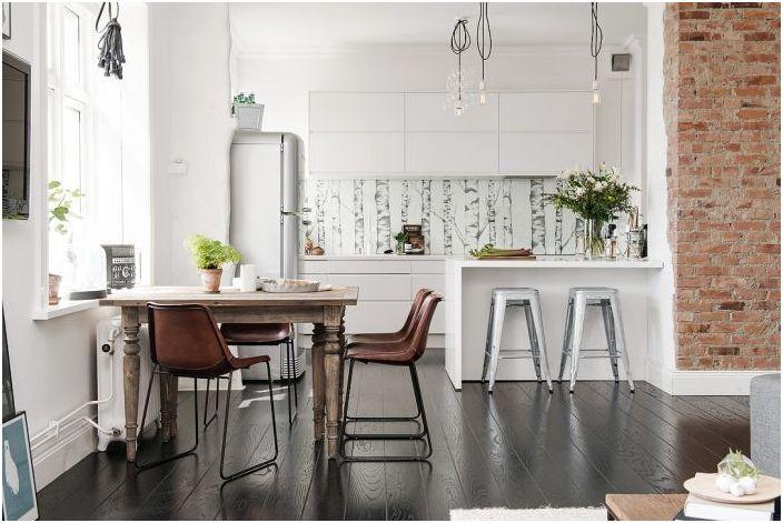Кухнята беше свързана с хола, за да пусне повече светлина в интериора.
