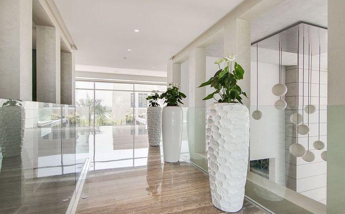 Duże wazony podłogowe w korytarzu