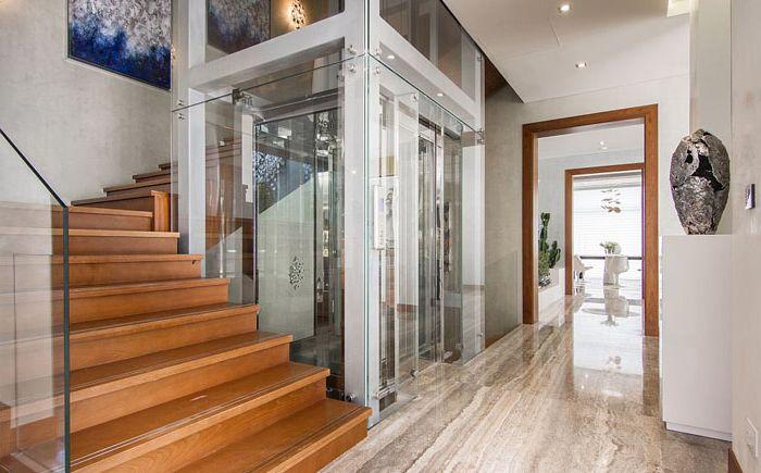 Szklana winda i schody na piętro