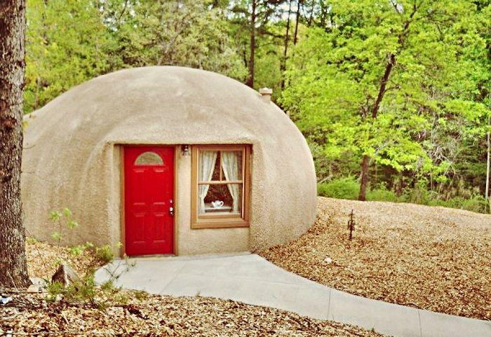 Kopuła to przytulny dom w lesie i nad brzegiem jeziora.