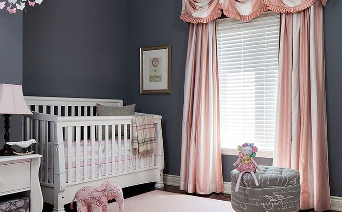 Sypialnia dziecięca w odcieniach różu i szarości od Merigo Design