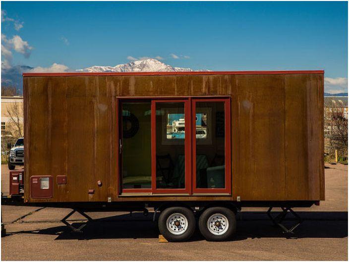 Дом на колёсах из ржавого контейнера