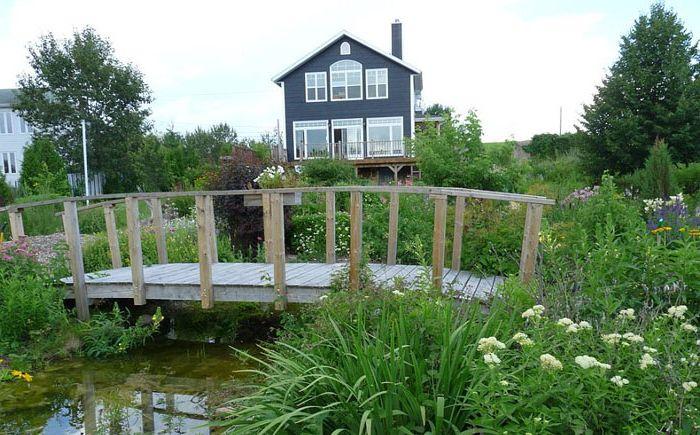 Градина с мост в селски стил