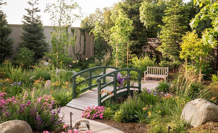 Градина с мост във френски стил