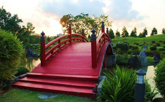 Червен мост в японски стил
