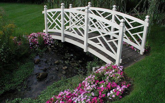 Бял мост над реката от Специални градини