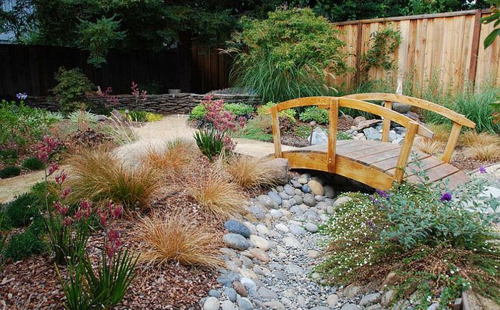 Малък мост в градината