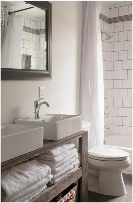 Бели и дървени детайли в банята
