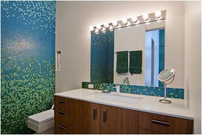 Мозаечен спектър върху стените на банята