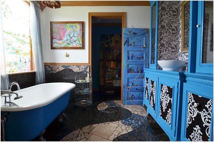 Грациозен извит декор на пода на банята