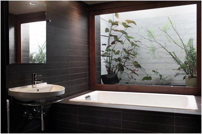 Малка гледка към градината от банята в Портланд