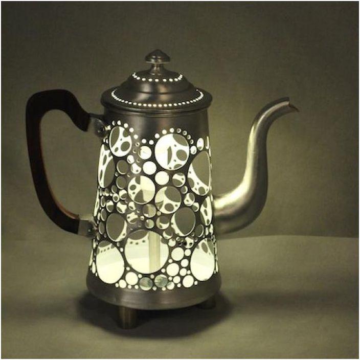 Причудлива лампа хвърля красиви сенки в пространството