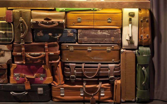 Стол ресепшн из чемоданов
