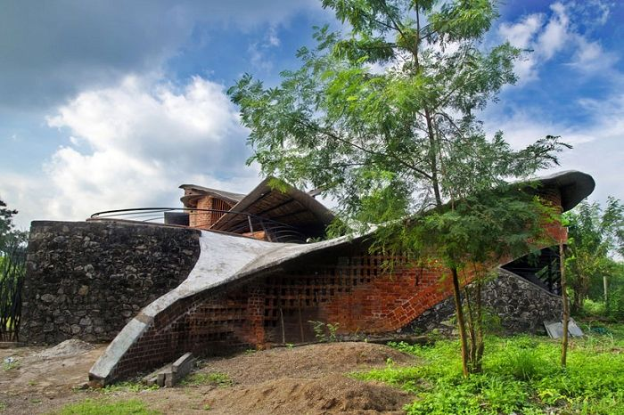 Тухлена къща е къща, изработена от естествени материали.