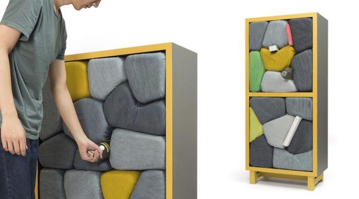 Шкафове с каменни рафтове.