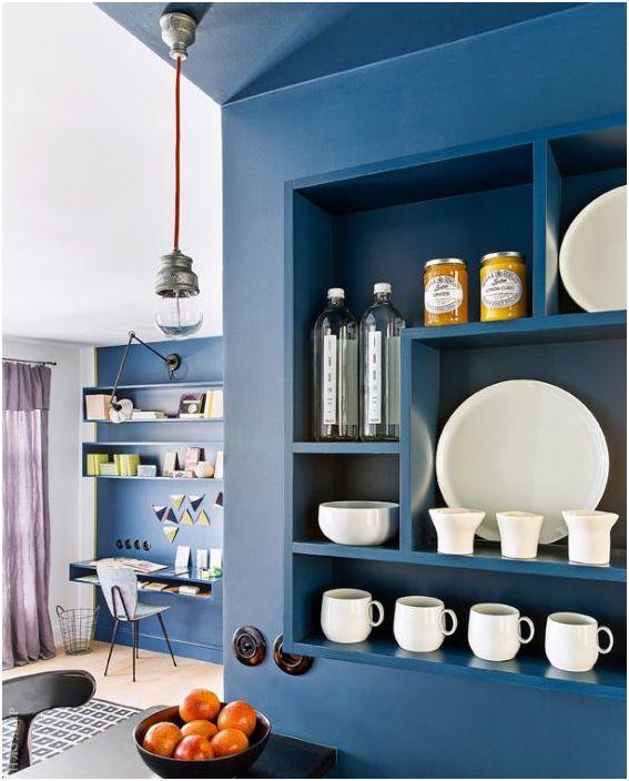 Дълбоко синьо в интериора на малък апартамент