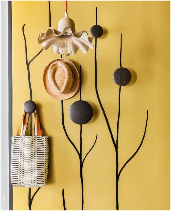 Декоративна закачалка в малък коридор