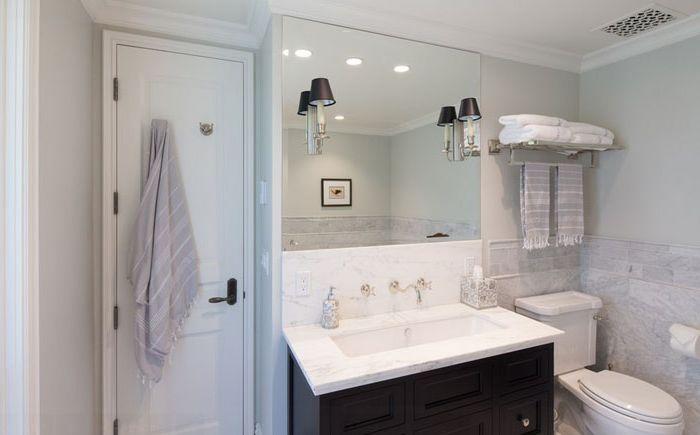 Salle de bain avec grand lavabo