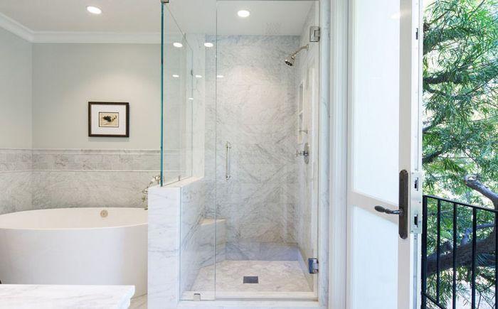 Baignoire autoportante et douche à l'italienne