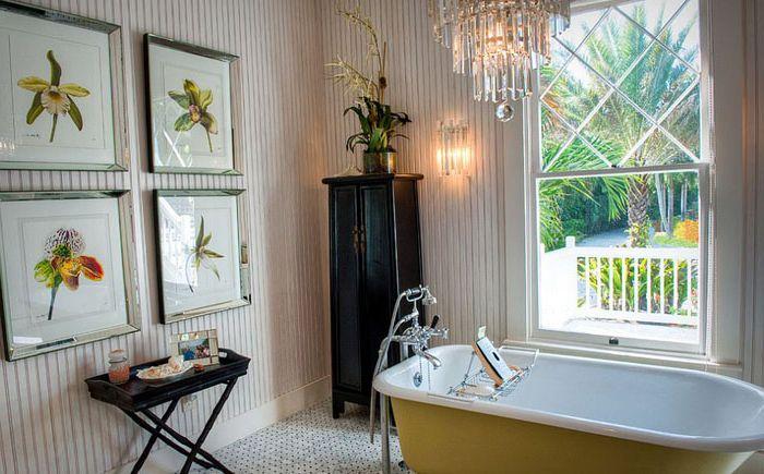 Жёлтая ванна на лапах как композиционный центр