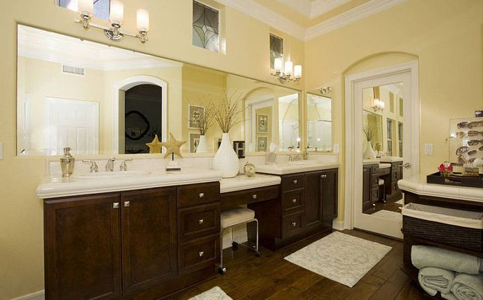 Сочетание жёлтого фона и тёмно-ореховой мебели в интерьере от Savvy Interiors