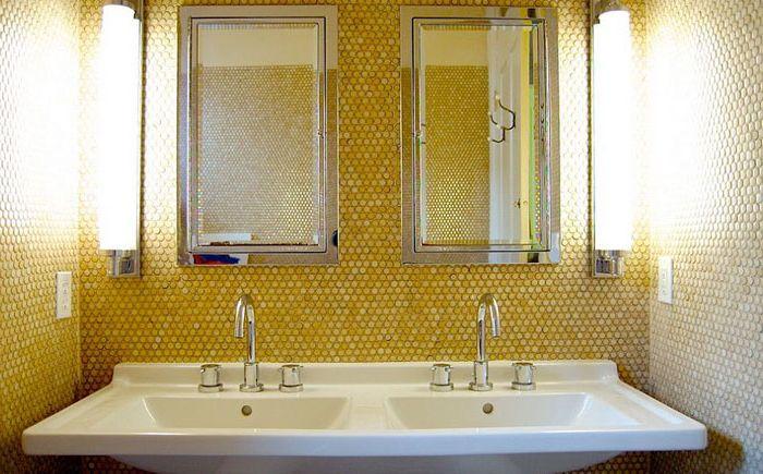 Жёлтая мозаичная плитка в интерьере ванной