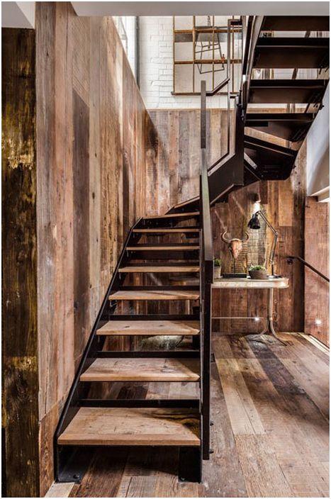 Стълбище към втория етаж