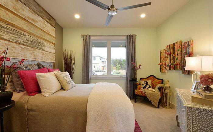 Дерневянное изголовье в интерьере спальни от Pillar Custom Homes