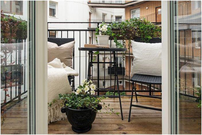 Красивый уютный балкончик