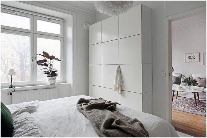 Стильный шкаф без фурнитуры практически сливается со стеной