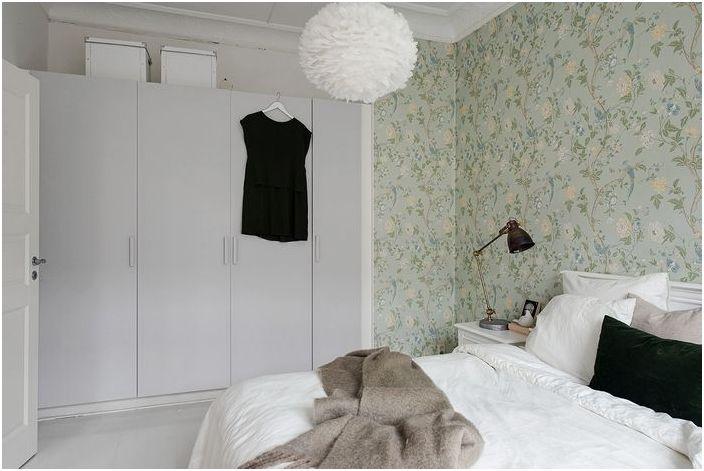 Шкафы практически не заметны в интерьере спальни