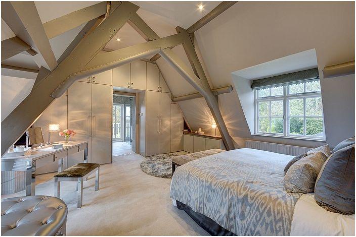 Спалнята е декорирана в светли цветове и се допълва от необичайни стойки, които поддържат тавана.