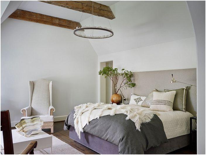 Интересен дизайн на спалня с красиво легло и необичайни детайли на декора, които украсяват стаята.