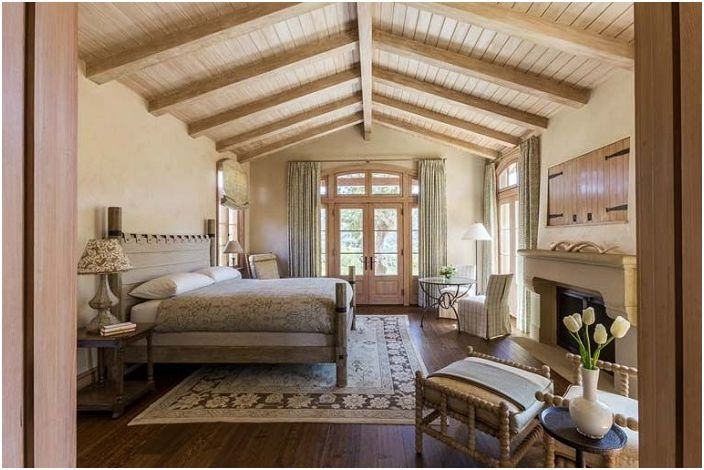 Интересен дървен таван в спалнята създава още по-топла и удобна среда.