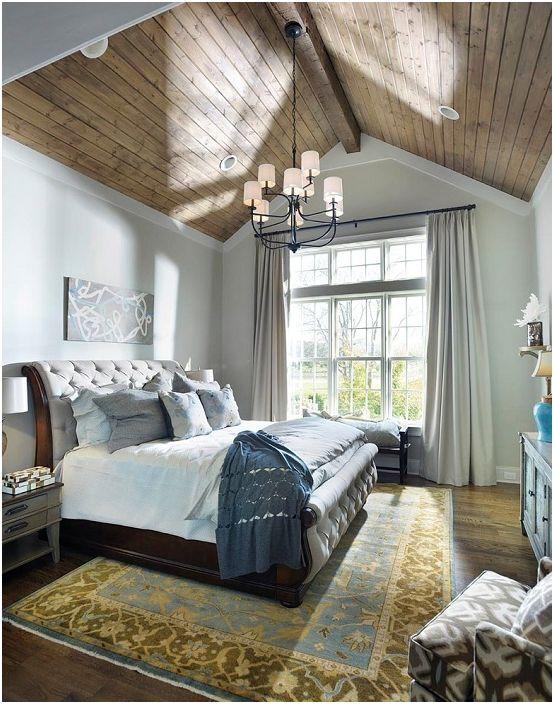 Дискретните цветове на спалнята подчертават нейния специален чар и чар.