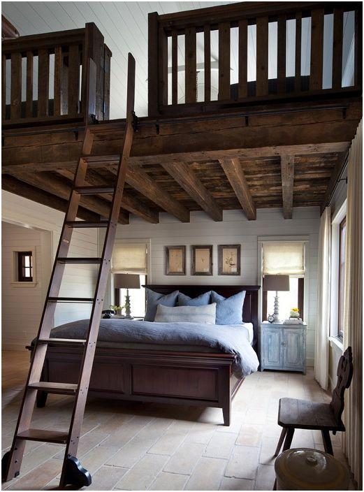 Хубава украса на спалня със стълбище към втория етаж.