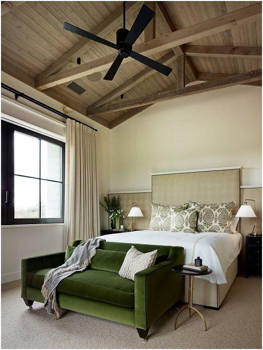 Дизайнът на стаята за почивка се допълва от зелен диван, който просто идеално съответства на интериора.