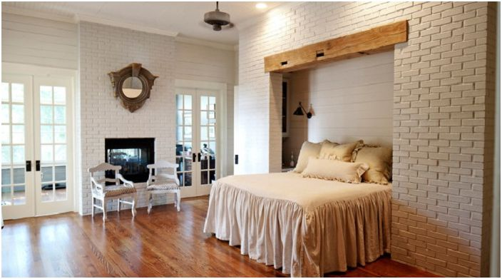 Стени с тухлена зидария, един от начините за разбиване на традиционните стереотипи за спалнята.