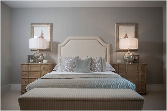 Интериорът на спалнята е хармонично декориран, светли цветове, меки линии, минимално обзавеждане и максимална поръчка.